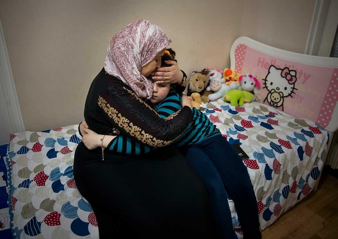 Nioåriga Marwa med sin mamma Ouafae.