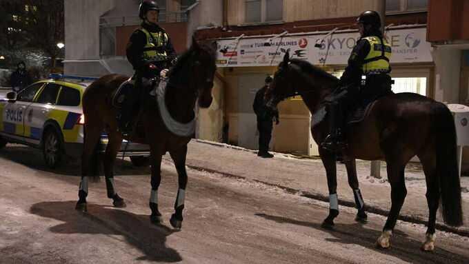 Polisen är på plats med bland annat hästar.