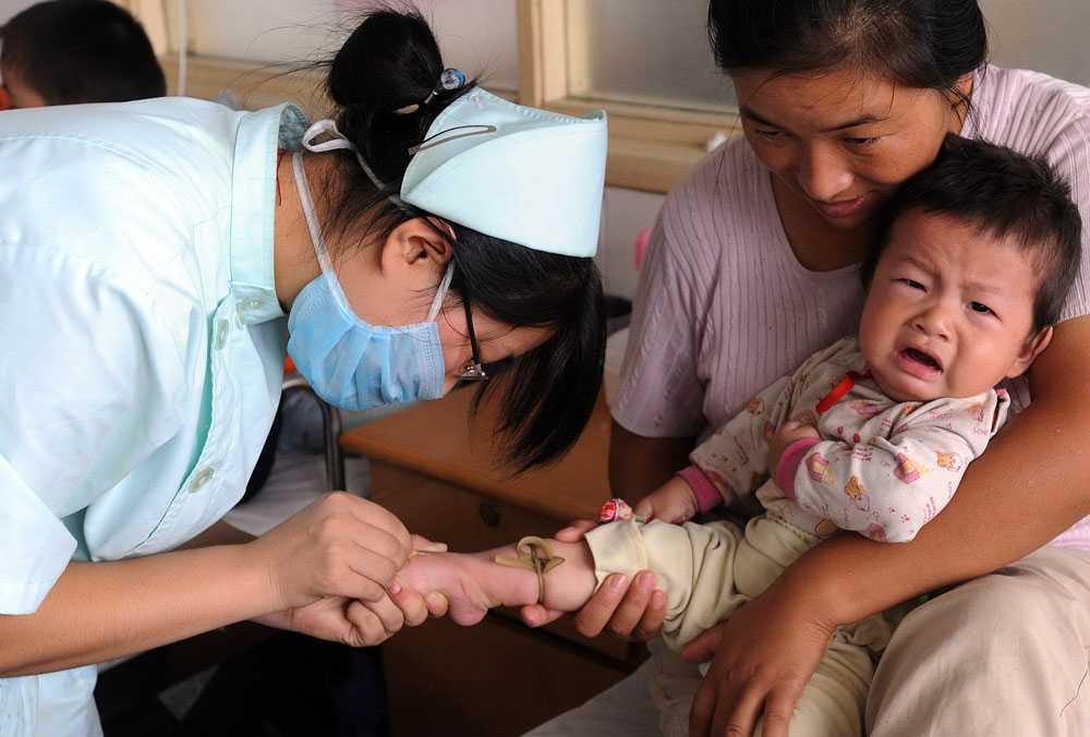 Får vård Alla barn som har insjuknat av den farliga mjölkersättningen får gratis vård. Här får ett kinesiskt barn behandling av sjukvårdspersonal.