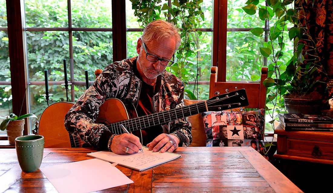 Uno Svenningsson skriver låtar hemma i Stenungsund. Notera Bowie-kudden bakom honom.