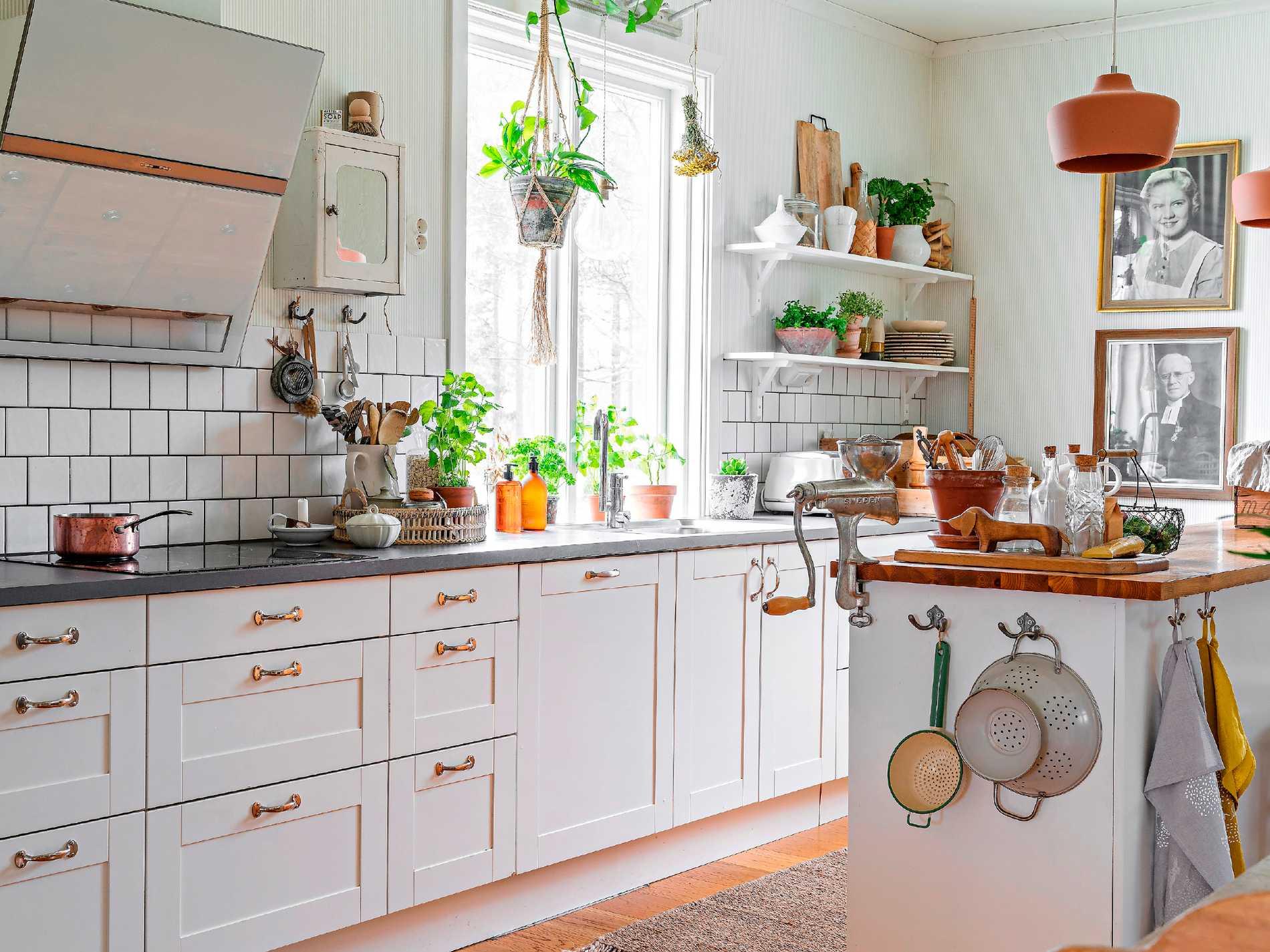 Köket är inrett i ljusa toner med en lantlig touch. Köksinredning från Myresjökök med handtag från Specialbeslag.