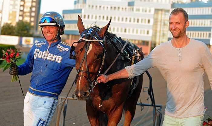Kristian Huselius firar Eclipse Bokos seger tillsammans med kusken Björn Goop.
