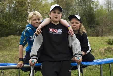 Hoppar - på kryckor Kim Näslund (mitten) bröt benet och lillebror Mattias (till höger) slog tänderna i kompisen Marcus Wigrens bakhuvud när pojkarna hoppade studsmatta på tomten i Nordingrå. Mattias slog ut en tand och Marcus tvingades sy flera stygn.