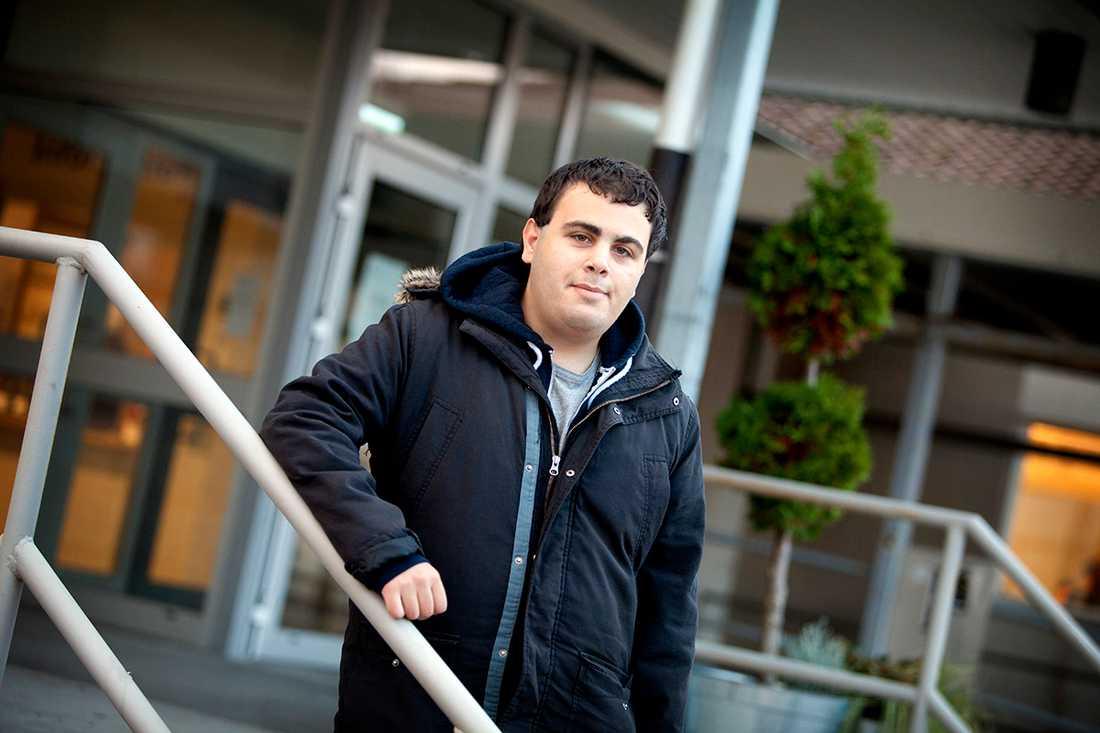 Elie Hachem sattes felaktigt i särskola - på grund av att han hade hörselfel.