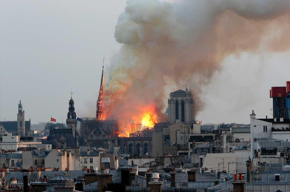 Notre-Dame i brand på måndagskvällen.