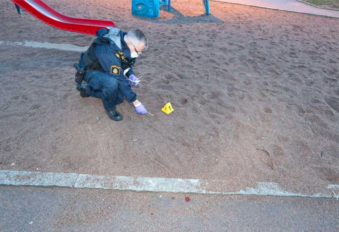 En polispatrull som var ute i ett annat ärende körde mitt in i dramat.