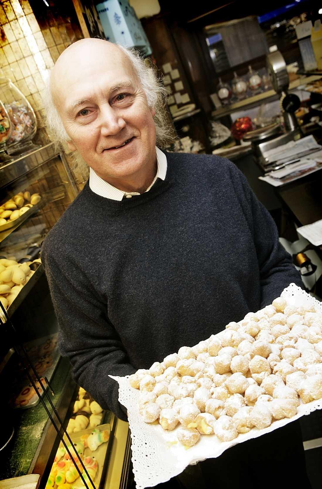 """""""Frittole är vår specialitet"""", berättar Pier Angelo på konditoriet Pasticceria."""