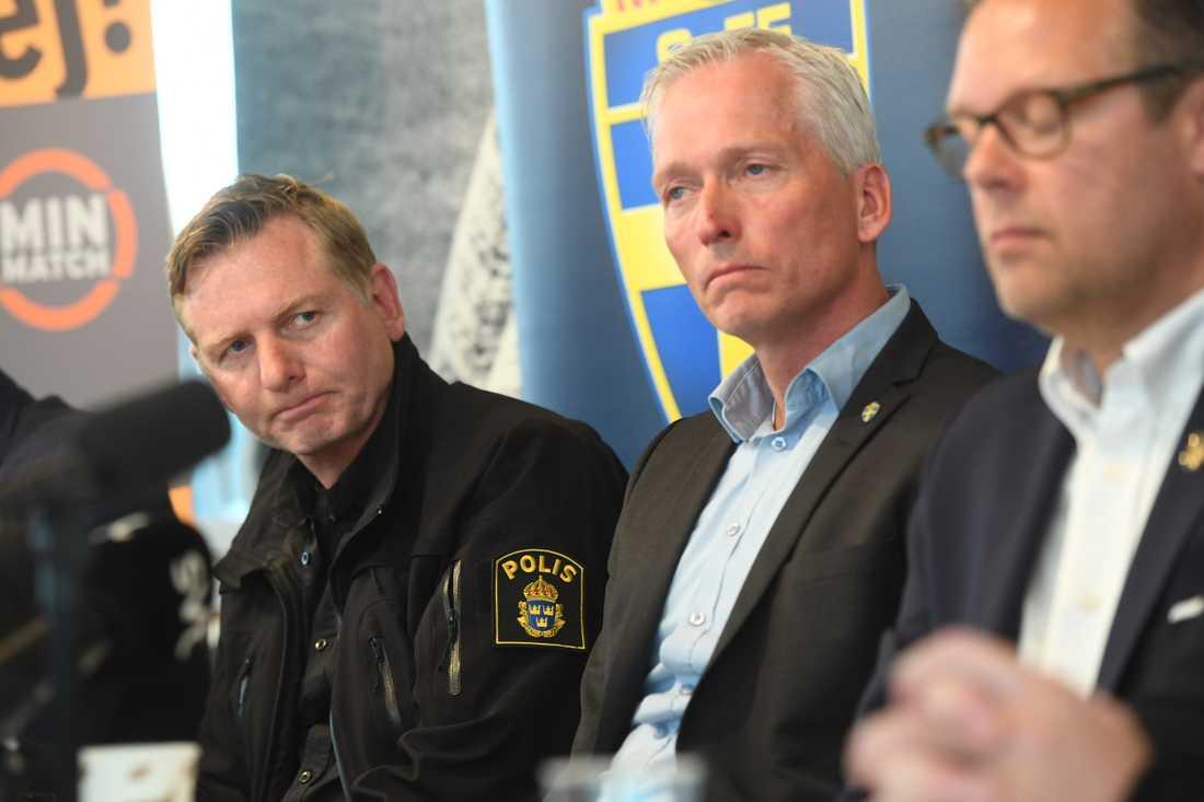 Fredrik Gårdare, till vänster, leder polisens aktionsgrupp mot idrottsrelaterad brottslighet. En utredning om misstänkt matchfixning i superettan förra året har inletts. Arkivbild