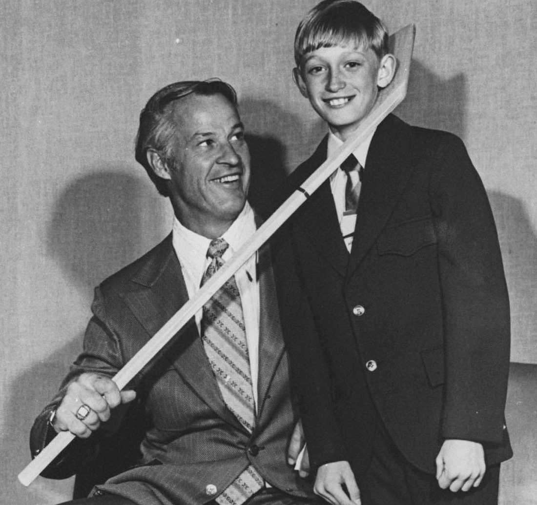 Gordie Howe med en ung Wayne Gretzky 1972.