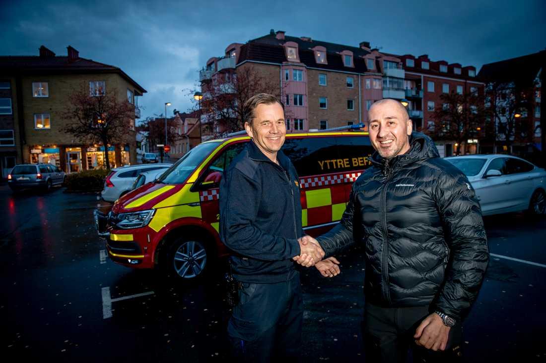 Magnus Carlsson, yttre befäl, räddningstjänsten Hässleholm, tackar Cristian för hans insats.