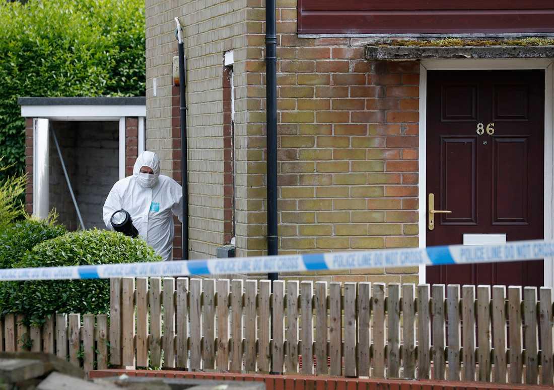 Misstänkte gärningsmannens hem undersöks av polis.