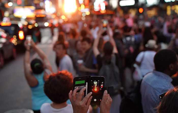 Många tar sig ut på gatorna för att uppleva Manhattanhenge.