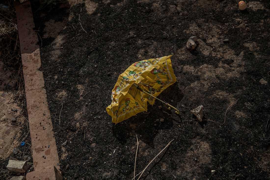 Barnens leksaker ligger bland resterna av självmordsbälten.