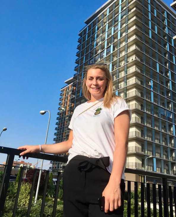 Isabelle Gulldén i sitt bostadsområde där klubben står för lägenheten. Förutom det förses även spelarna med bil.