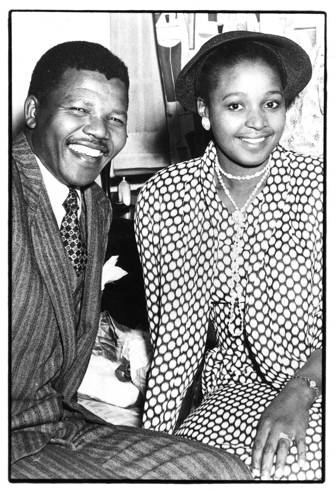 Mandela tillsammans med makan Winnie. Nelson Mandela var vid denna tid jurist och Winnie var socialarbetare. Hon är av hövdingasläkt och kan även kalla sig för prinsessa av Bizana. Bilden från deras bröllopsdag 1958.