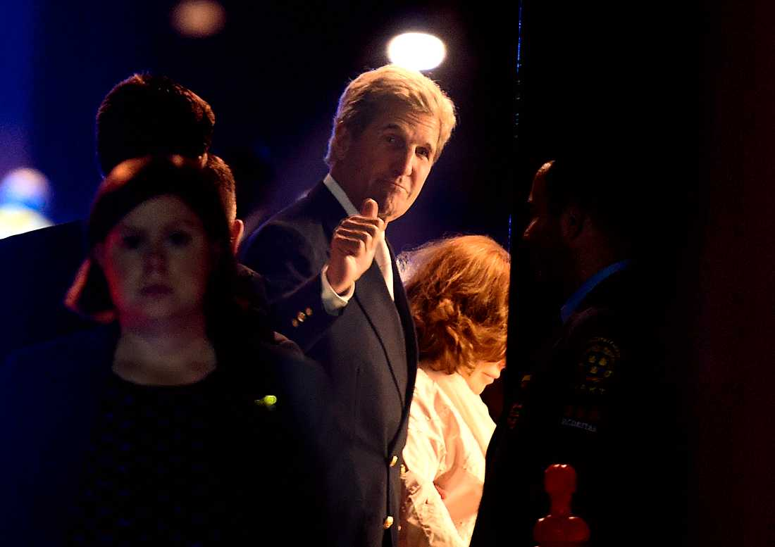 USA:s utrikesminister John Kerry kommer tillbaka till sitt hotell efter bröllopsfesten.