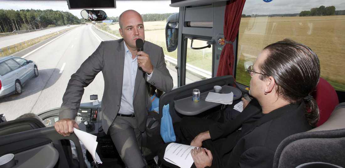 Fredrik Reinfeldt och Anders Borg ombord på turnébussen i dag.