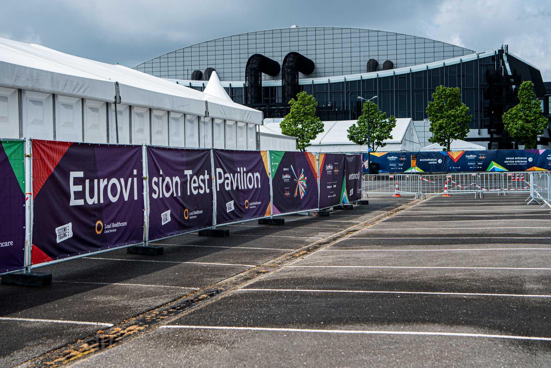 En hel tältby har satts upp utanför arenan för att kunna göra kontrolltester av alla som arbetar på scenen och i kulisserna.
