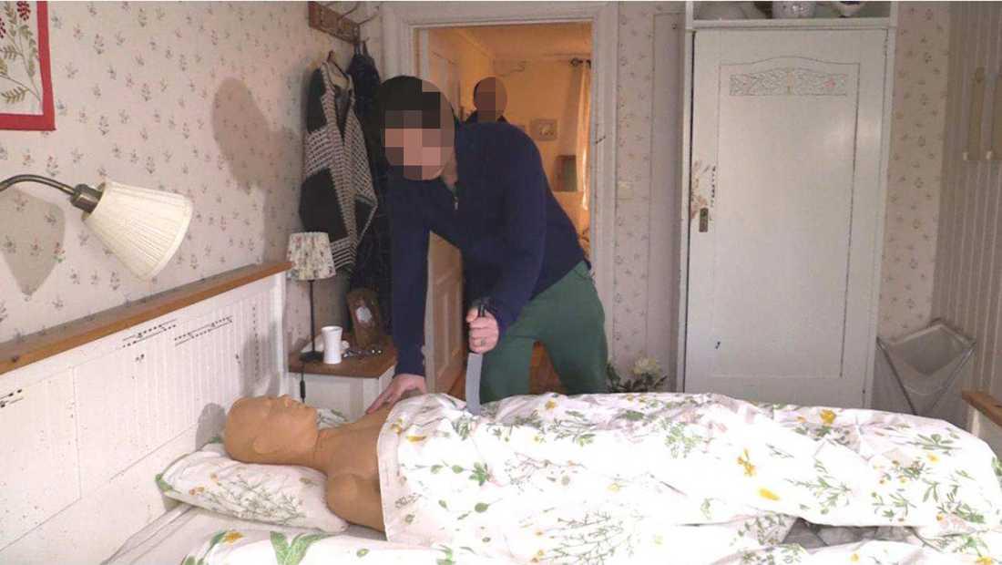 Under en rekonstruktion fick den misstänkte mannen visa hur högg offren i sängen.