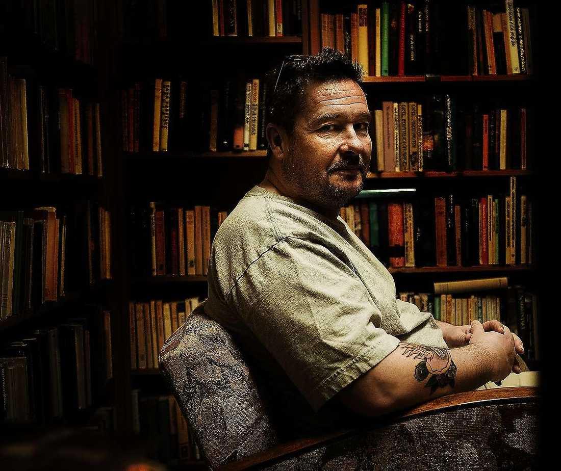 """Kristian Lundberg (född 1966) är kritiker och författare. Sedan debuten 1991 har han skrivit ett 30-tal böcker som, liksom den prisade arbetarskildringen """"Yarden"""" från 2009, hämtar motiv från Lundbergs hemstad Malmö."""