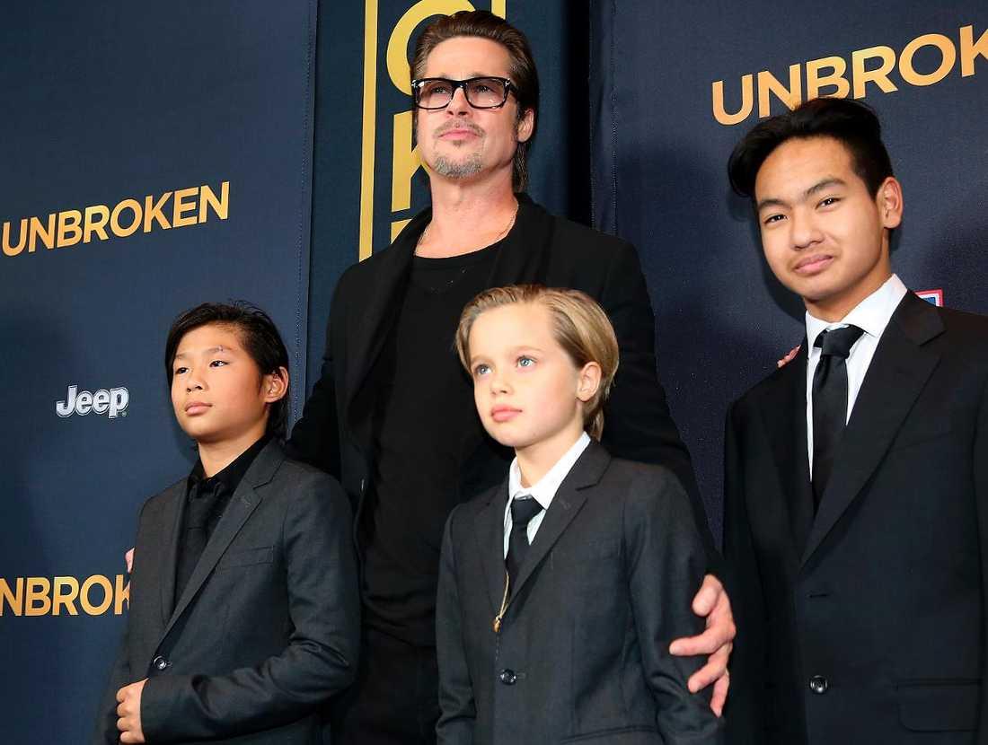 Brad Pitt tillsammans med sönerna Pax, Shiloh och Maddox.