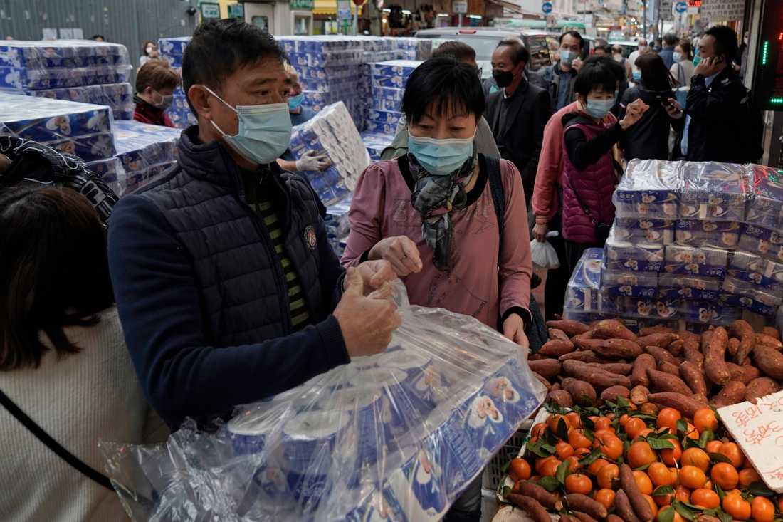 När toalettpapper levereras till Hongkongs butiker kan det bli rusning. Bild från tidigare i februari.