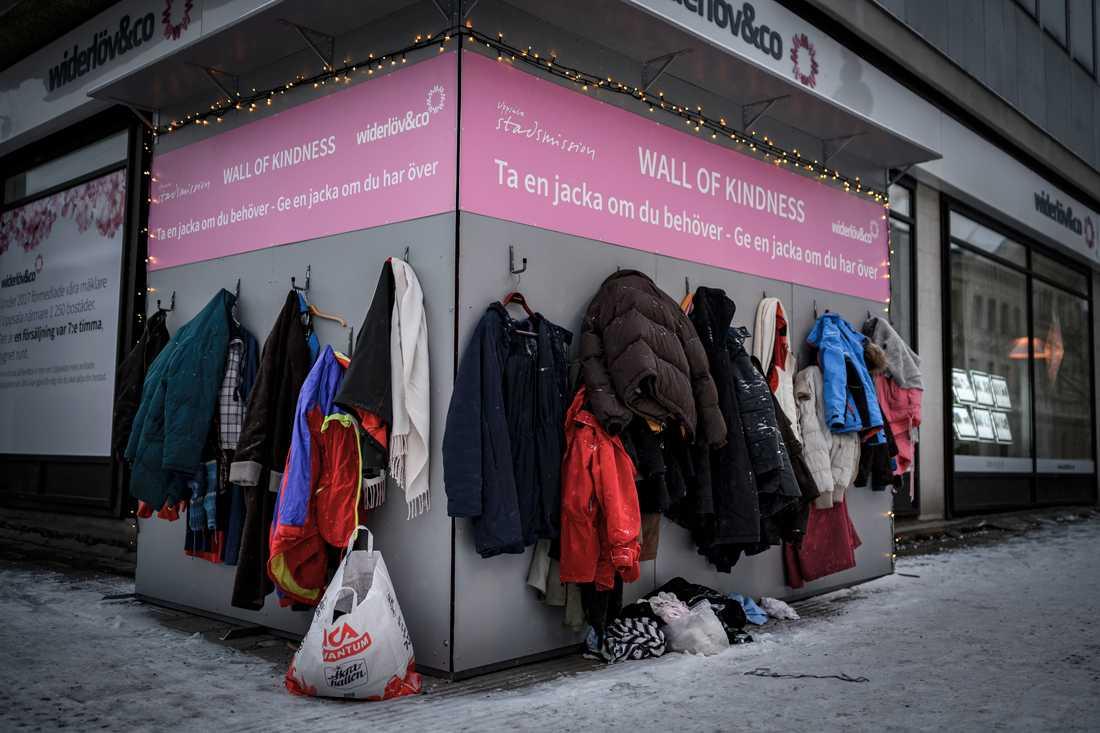 Wall of Kindness i Uppsala, en vägg där man kan lämna sina gamla vinterkläder.