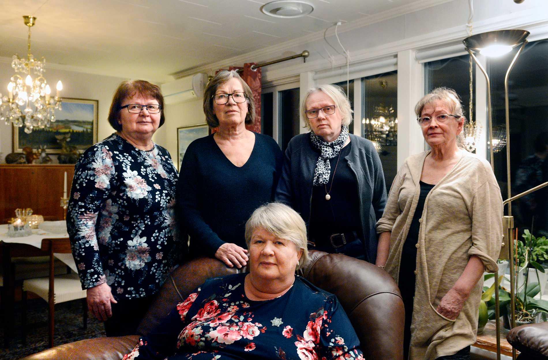 Fem arga pensionerade sjuksköterskor i Överkalix. Från vänster Sally Öhlin, Helena Persson, Anne-Maj Wennberg, Marja Nilsson och – sittande – Seija Eliasson.