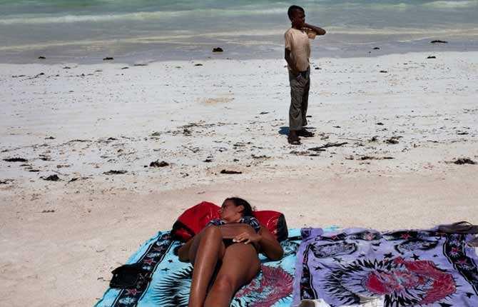 Den vita snäcksandstranden är fri från solparasoll och försäljare. Stora delar av året är det kilometer mellan turisterna på södra delen av ön.