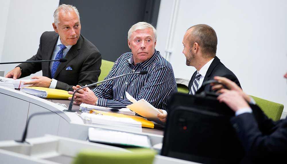 Lars Olofsson (mitten) driver ett företag som har fakturerat 17 miljoner till Migrationsverket, själv är han dömd för mutbrott i tingsrätten men har överklagat.