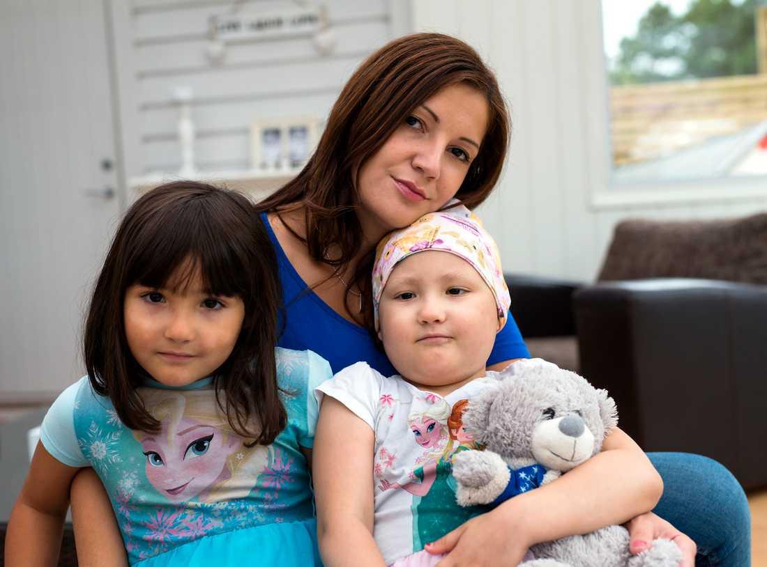 Båda tvillingarna fick cancer Lina Rahal, 32, är ensamstående trebarnsmamma. Båda hennes tvillingflickor fick cancer. Malene (t.v.) drabbades av leukemi 2012. Mary insjuknade i april 2015.