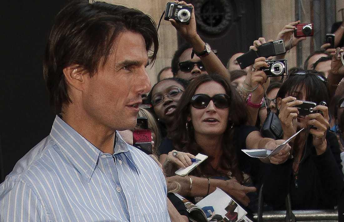 lyxrustade Filmstjärnan Tom Cruise tjänade 143 miljoner kronor förra året, enligt Forbes. Själv betalade han sina anställda så lite att FBI nu startat en utredning om de låga lönerna.