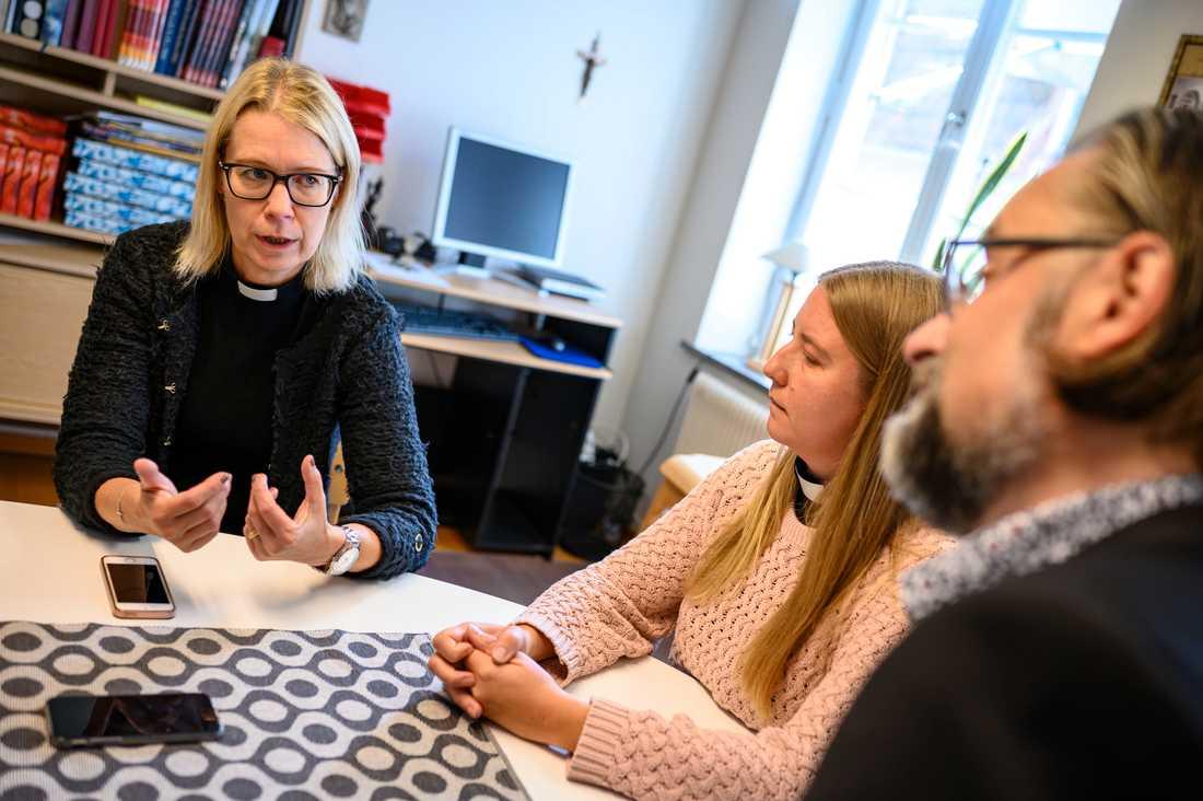 Marie Carlsson, kyrkoherde i Sölvesborgs församling, på Församlingsexpeditionen i centrala Sölvesborg. I mitten komminister Susanne Sonko och till höger komminister Michael Ivarsson.