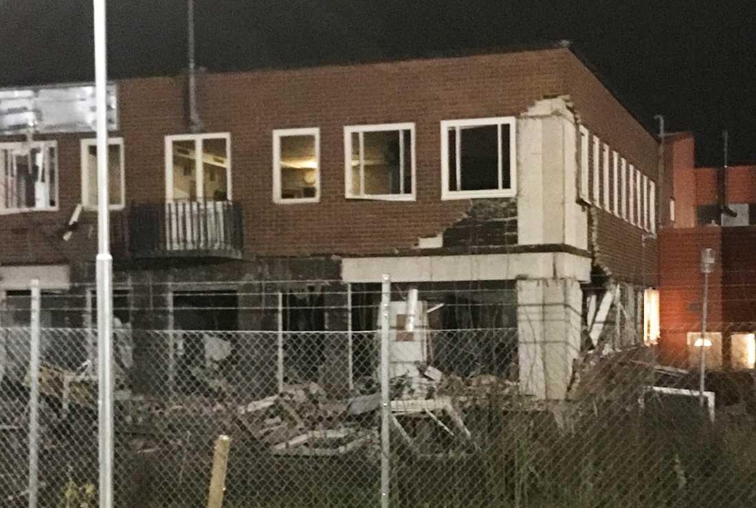 Fasaden gick stora skador i smällen.