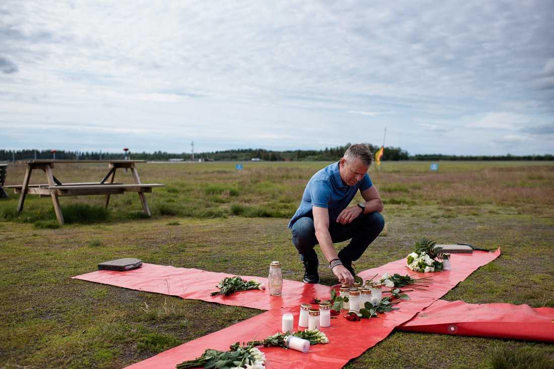 Johan Hellström, chefsinstruktör, på Umeå fallskärmsklubb vid ett kors på marken intill klubben i Umeå, två dagar efter den flygolycka där nio personer omkom.