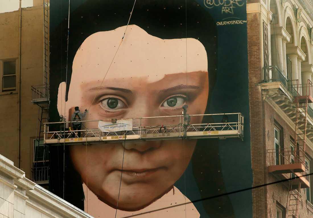 Klimataktivisten Greta Thunberg porträtteras på en stor husfasad i San Francisco på den amerikanska västkusten.