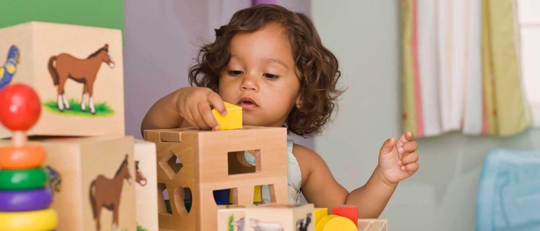 Barn mellan ett och två år kan börja stapla klossar.