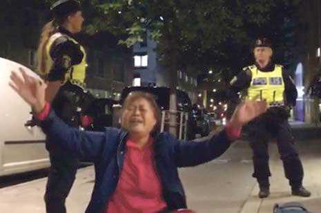 Polisen avvisar kinesiska turister.