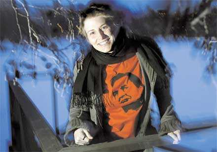 """""""EN POLITISK IKON"""" Emma Johansson hör till skaran av unga politiskt intresserade människor som har Olof Palme som förebild."""