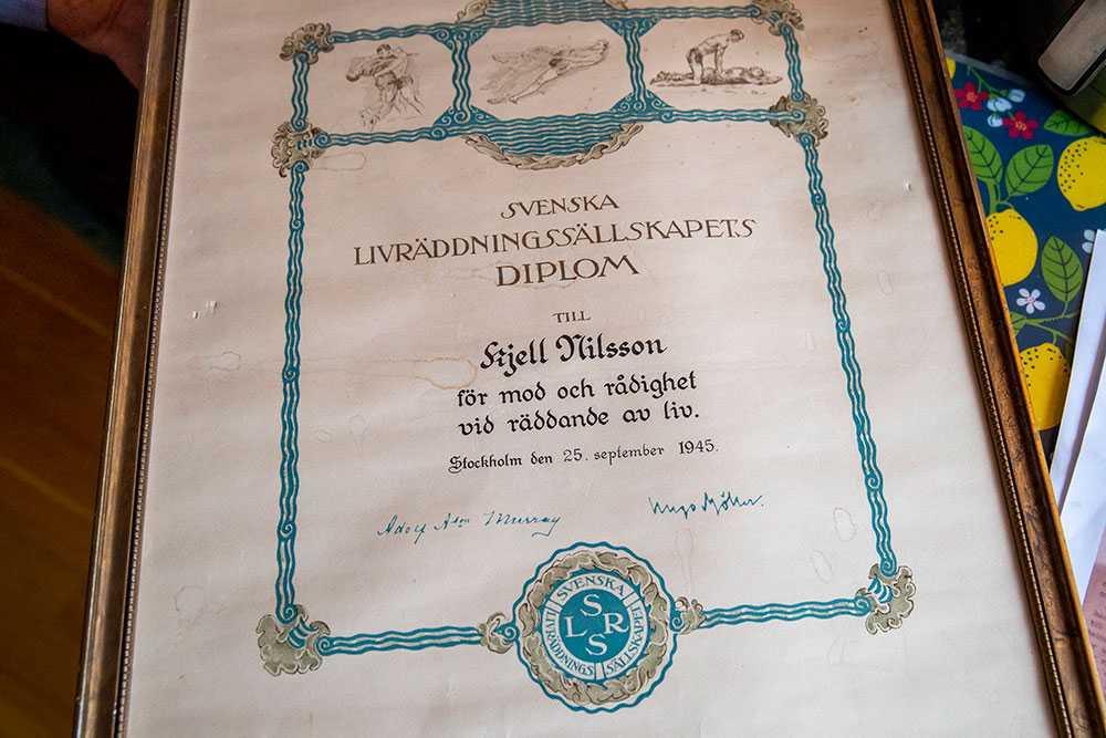 Kjell Nilsson hyllades för sin insats på flera sätt – men förblev okänd för Lars Sjövall fram tills att Kjell fyllde 90 år och blev omskriven i Kristianstadsbladet. Lars förstod genast att 90-åringen var hans okända hjälte.