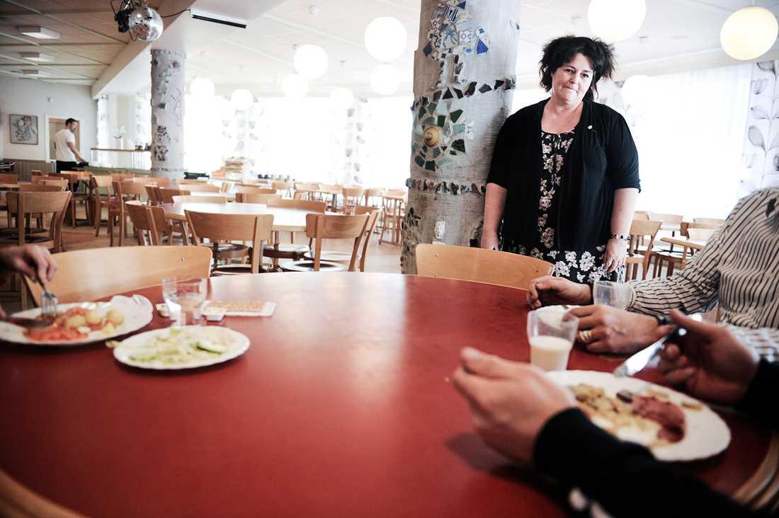 På Edboskolan i Trångsund ska 850 elever hinna äta lunch under en och en halv timme – i en matsal med plats för 370 platser. – Det är en flaskhals i skoldagen helt klart, säger rektor Margareta Grahn.