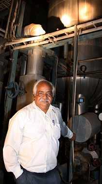INGEN VILL KÖPA Fabrikschefen Vijay Choudary vill gärna bli av med den dyra svenska elpannan som stått oanvänd i 20 år. Men det finns inga köpare.