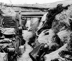 En brittisk soldat spanar ut över Ingenmansland i en erövrad tysk skyttegrav 1916.