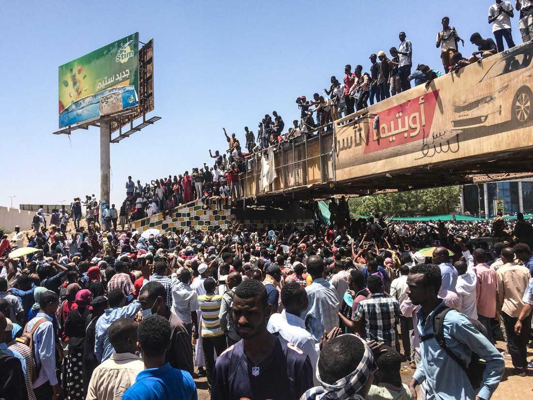 Demonstranter utanför militärhögkvarteret i den sudanesiska huvudstaden Khartum i måndags.