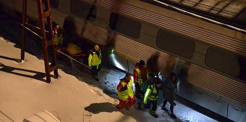 Mellan 700-800 personer fick evakueras ur SJ-tåg i kväll. Passagerarna satt fast i många timmar – en kvinna fick hämtas med ambulans efter att ha fått näringsbrist.