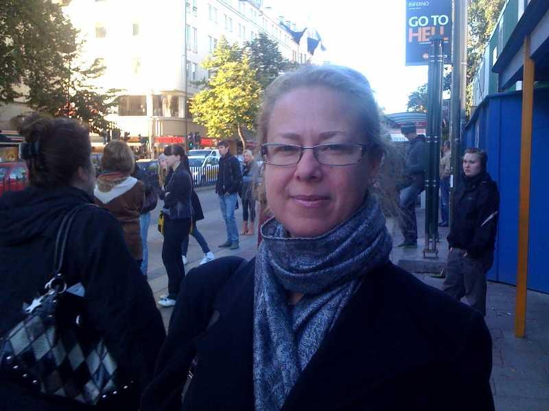 Malin Sandberg från Sundbyberg väntar på ersättningsbus till Alvik. – Jag kommer att bli mer än en timme sen.