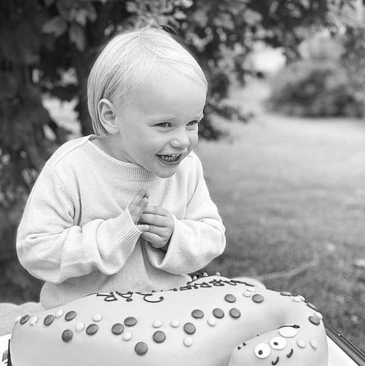 Prins Gabriel fyller 3 år och firas med tårta i trädgården.