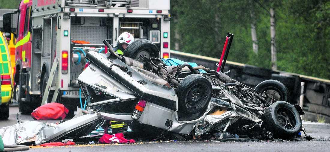 Klarade sig mirakulöst Trots att bilen krossades i krocken klarade sig den ettåriga flickan utan allvarliga skador.