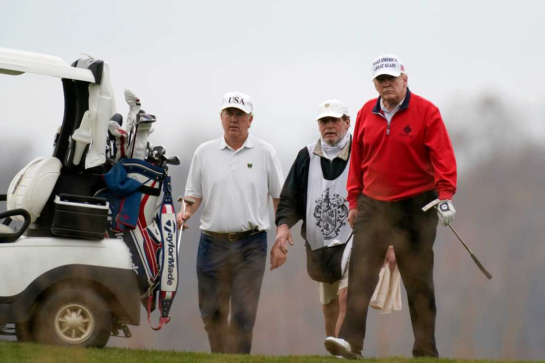 Medan hans advokater fortsätter jobba övertid höll president Donald Trump till på golfbanan på söndagen.