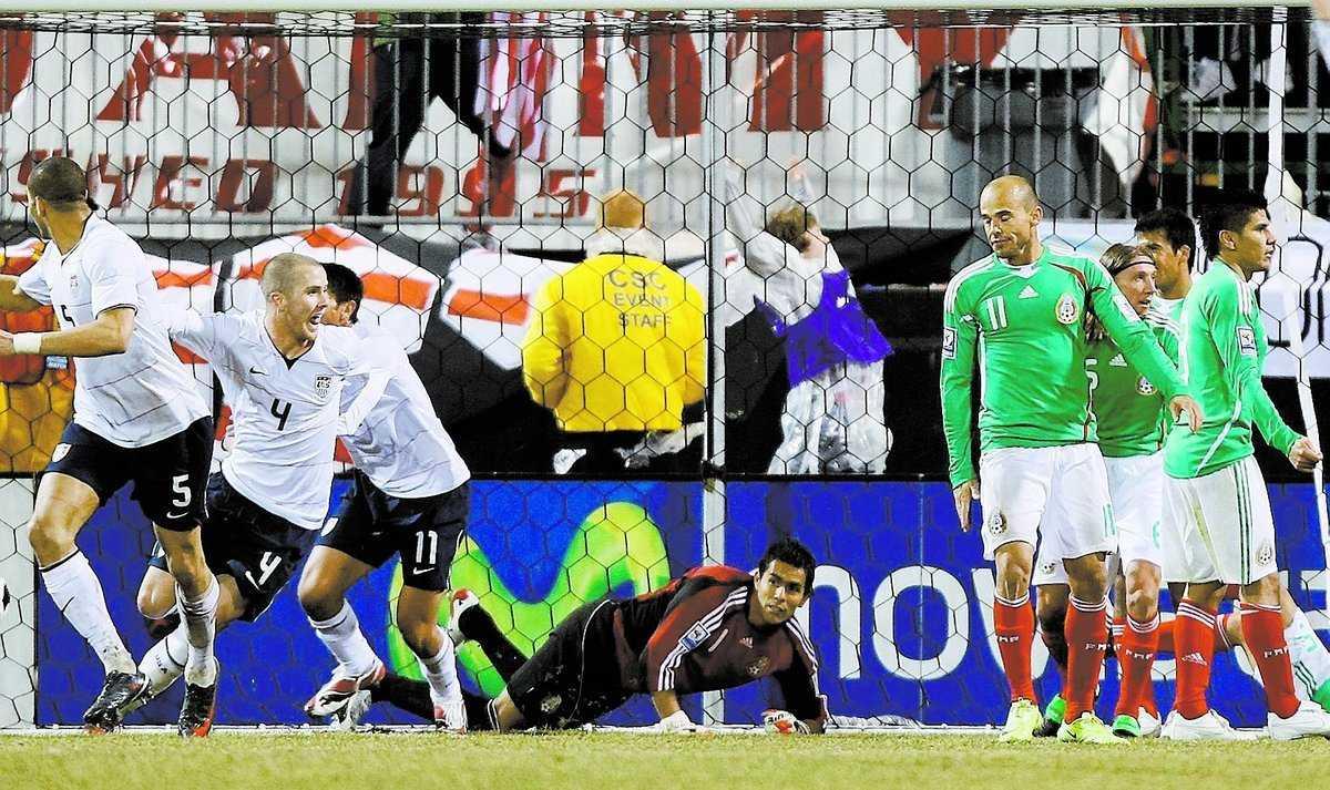 USA:s Michael Bradley har precis nickat in 1–0 för USA.